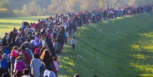 Migrantes forçados caminhando numa imensa fila