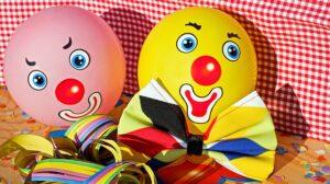 Dois balões com caras de palhaço pintadas