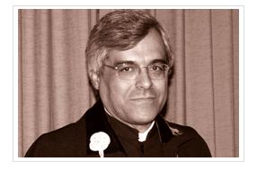 Foto do Professor Carlos Reis com traje académico